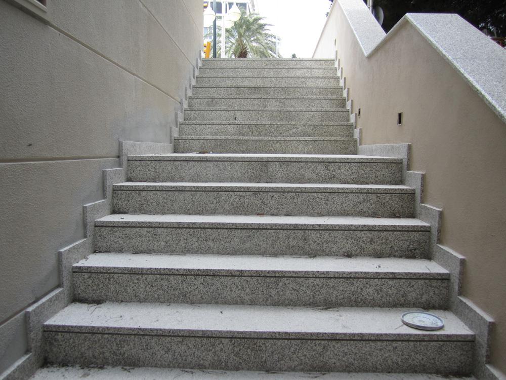 Escaleras de granito materiales de construcci n para la for Cubre escaleras