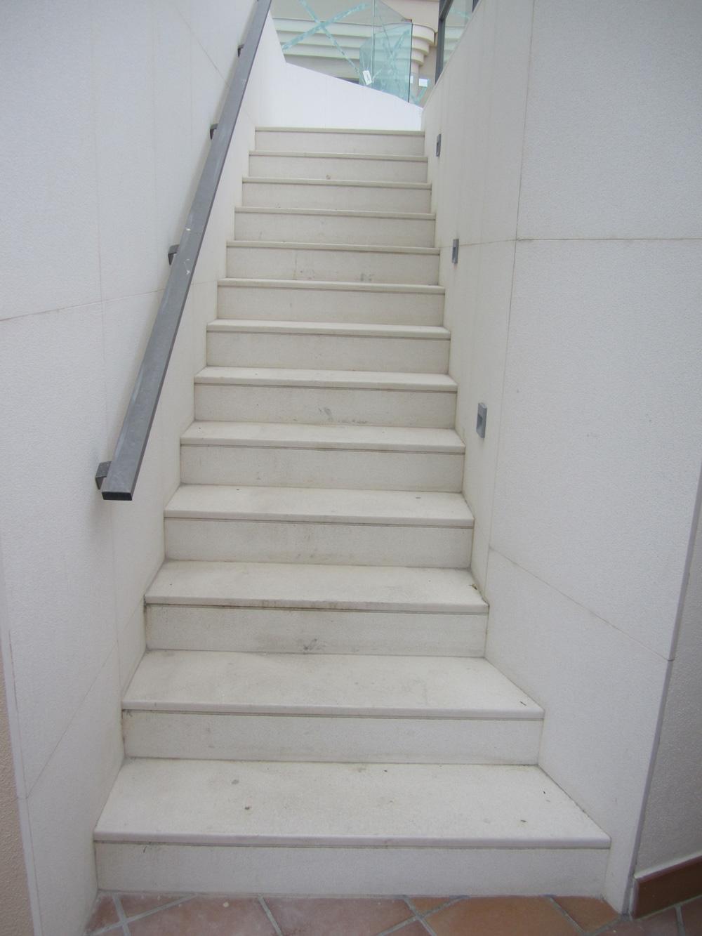 Solados y alicatados eduardo cuevas montaje de escaleras - Marmol para escaleras ...